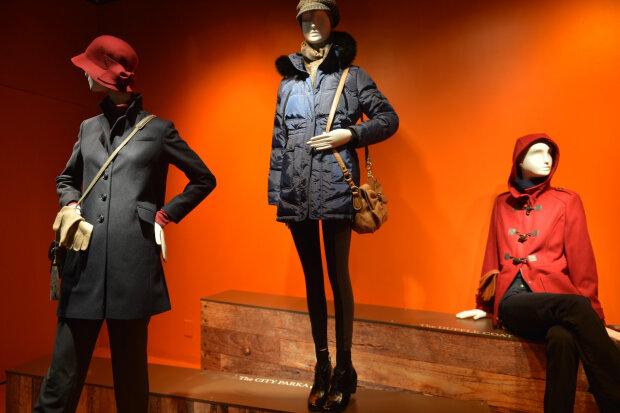 Зима, холод: франківчанин вирішив безкоштовно прибарахлитися і роздягнув манекен