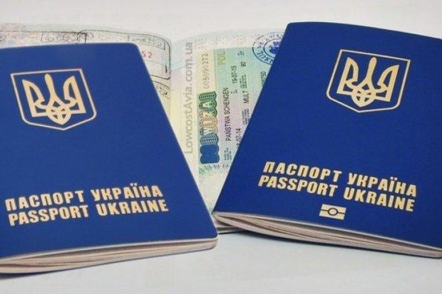 Роздача угорських паспортів: українцям все пояснили на пальцях