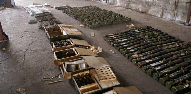 Українець ховав удома найбільший арсенал боєприпасів в історії: вилучено сотні гранат і патронів