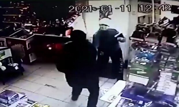 Нападение в магазине, кадр из видео