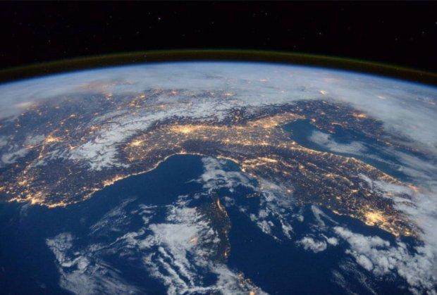 NASA показало, как светится орбита Земли: невероятные фото с МКС