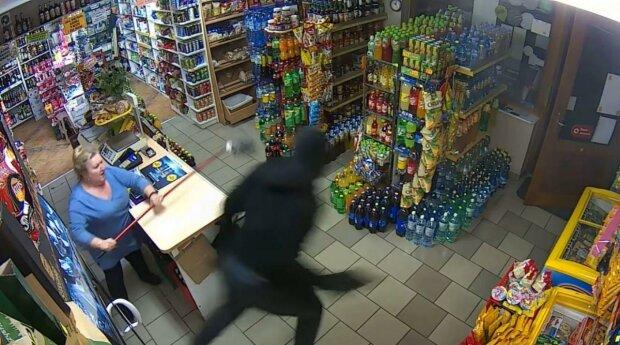 Продавчиня довела, що швабри з мокрою ганчіркою рятують каси від озброєних грабіжників