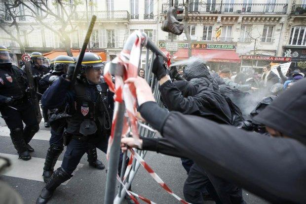 Протестувальники підпалили банк і знищують машини, багато поранених і заарештованих, до столиці стягується поліція