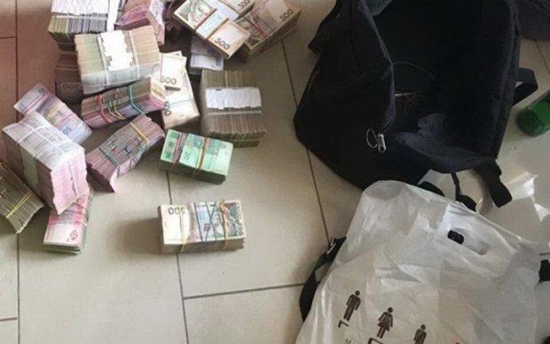 """Киевские """"обменники"""" передали боевикам миллионы"""