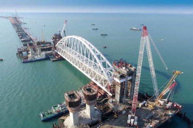 Каркас разваливается: корабль на полном ходу протаранил Крымский мост
