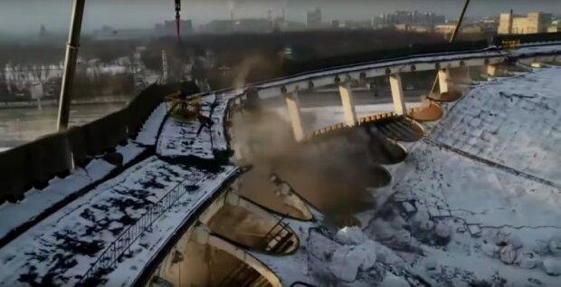 У Санкт-Петербурзі обвалився дах величезного стадіону, під завалами знаходяться люди: перші подробиці і кадри