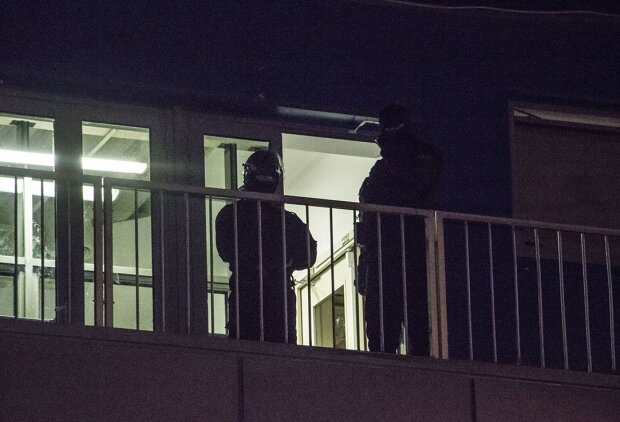 Чоловік з підозрілою поклажею захопив дах столичного магазину, назріває паніка: відео