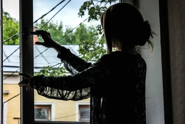 """Булінг """"по-новому"""": у Києві семикласниця вистрибнула з вікна, деталі відчайдушного вчинку"""
