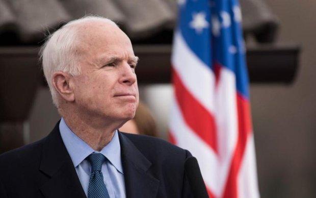 Главное за ночь: смерть Маккейна и пьяные выходки дипломата