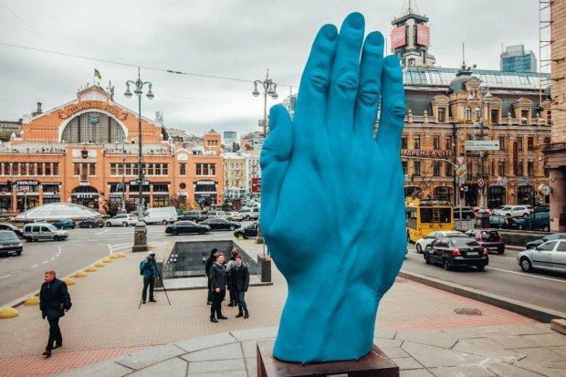 З Києва зникла гігантська синя рука, заштовхнули в багажник і відвезли: городяни губляться в здогадах