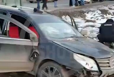 Автомобіль влетів в людей на зупинці, під колесами опинилось й маленьке янголятко