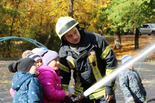 Будущие спасатели: маленьким днепрянам показали, как правильно тушить пожар