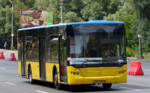Київський автобус протаранив зупинку з людьми