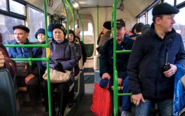 Дівчина без голови до мурашок налякала пасажирів: відео