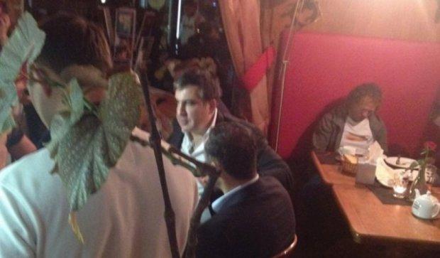 Саакашвілі випив чаю у підірваному в Одесі кафе (відео)