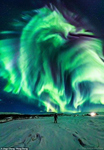 """Над Ісландією зняли надзвичайно рідкісне північне сяйво у формі """"дракона"""" (ФОТО)"""