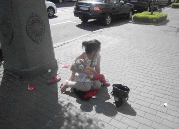 """Истощенный ребенок не выдержал: в Виннице бездомные заставляют малышей """"работать"""" на улице, копам - плевать"""