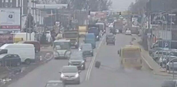 маршрутка втратила колесо, скріншот з відео