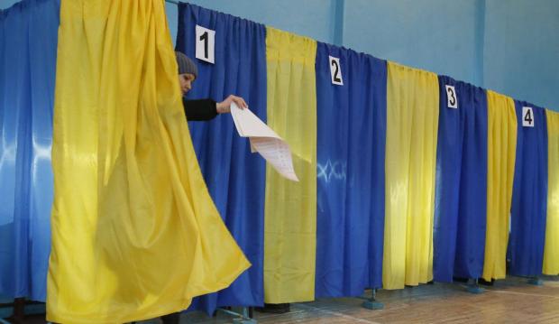Під наглядом оккупантів, попри страх та ризик: на Донбасі до дільниць прийшли перші виборці