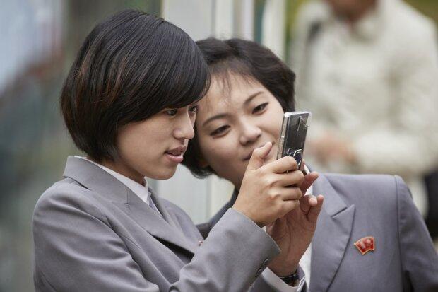 """У КНДР презентували """"революційний"""" смартфон для своїх: іноземці можуть тільки мріяти"""