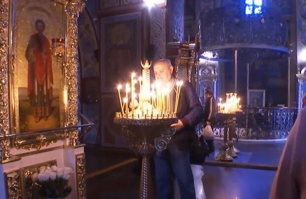 Молитва в церкві, скріншот з відео