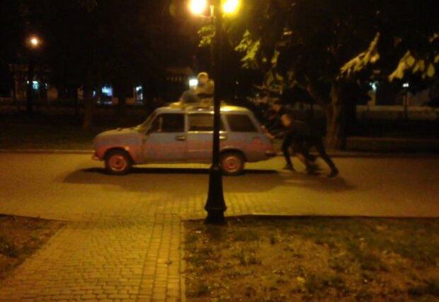 """Знуджені на карантині харків'яни запалили вночі на старій автівці - """"братюня"""" на даху, двоє штовхають"""