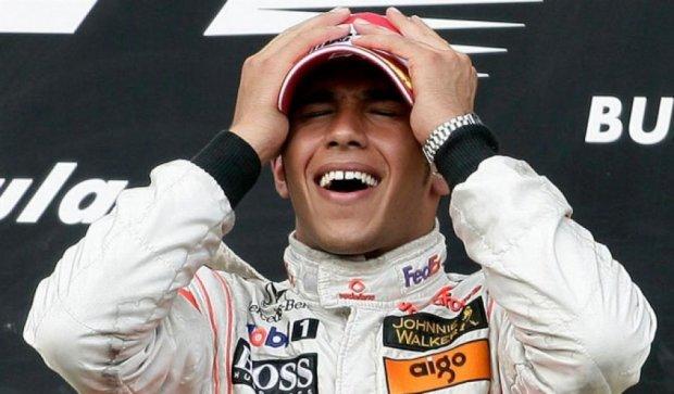 Гонщик Mercedes выиграл Гран-при Формулы 1