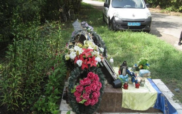 Вандали цинічно познущалися над могилою легендарного українця