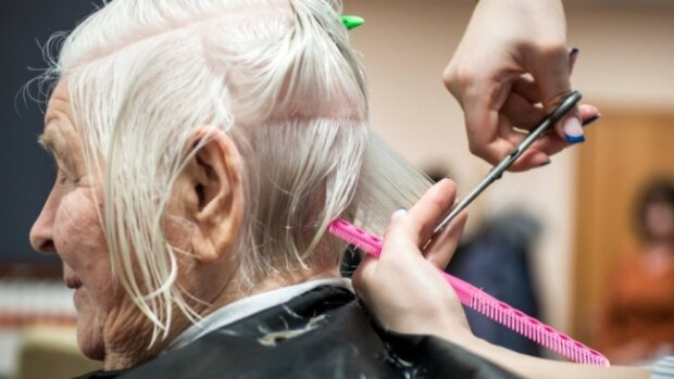 """Зачіска """"на халяву"""": вінницьких пенсіонерів безкоштовно підстрижуть 1 жовтня, - куди звертатися"""