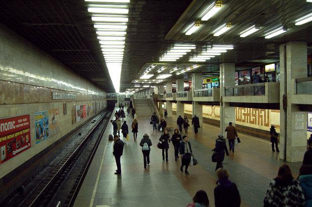 """Киянам влаштували """"грязьовий душ"""" прямо у вагоні метро: дике відео"""