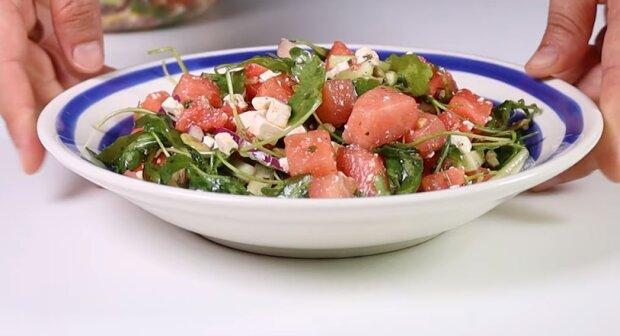 Несподівано смачний, ароматний і освітлюючий-рецепт салату з кавуном