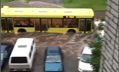 """Львовом  попливли """"жовті субмарини"""" після дощу - можна потонути просто в тролейбусі"""