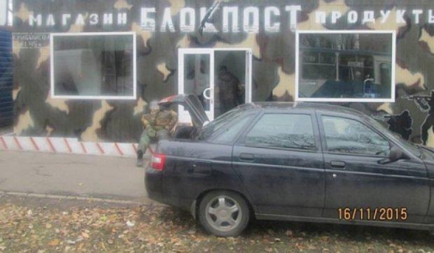 """В """"ДНР"""" продуктовий магазин оформили під блокпост (фото)"""