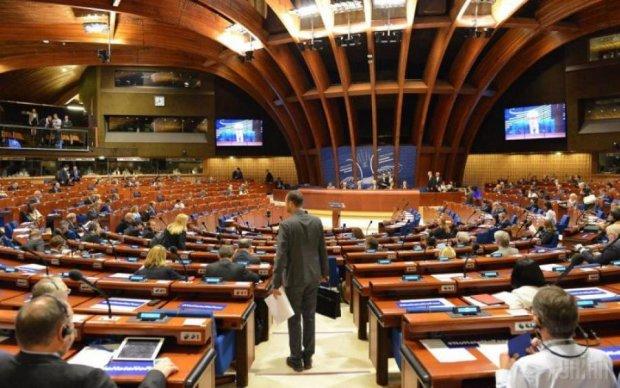 Півкабана та шоколадка: європейські депутати показали, як правильно давати хабар