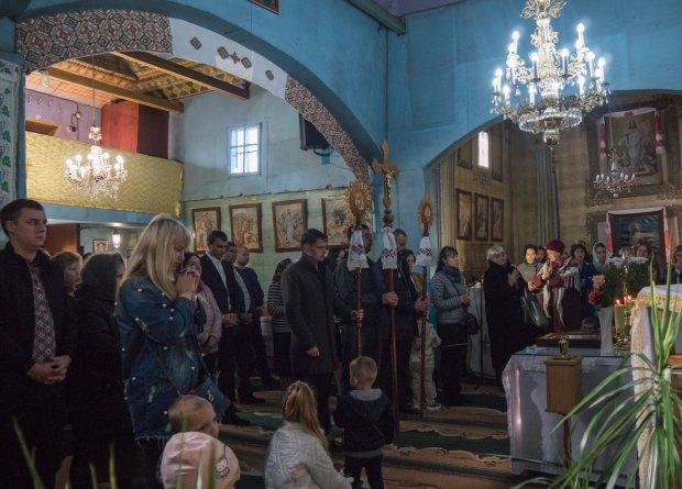 Український священник править службу мовою жестів і навіть співає колядки: усе заради доньки