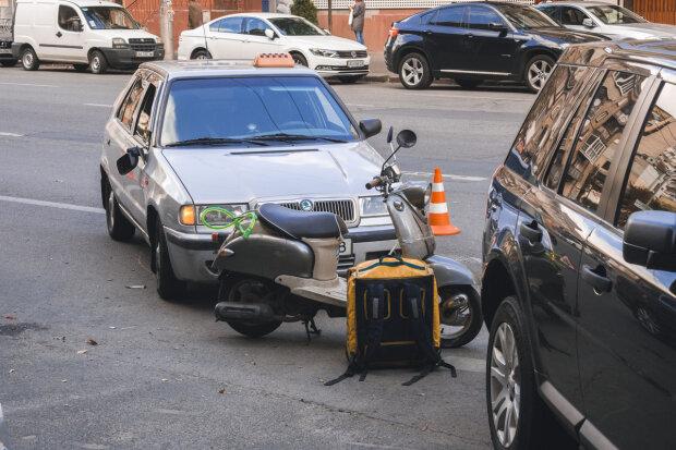 У Києві таксист збив кур'єрів Glovo на мопеді: жахливий погром потрапив на камеру