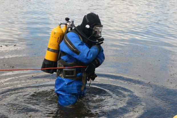 """В Киеве спасатели выловили бездыханное тело: """"Пробыл под водой..."""""""