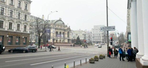 У Києві дірява труба перетворила вулицю на сауну - дим стовпом і окріп на дорозі