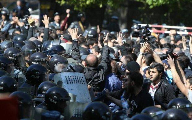 Майдан в Армении: революционеры окружили премьера
