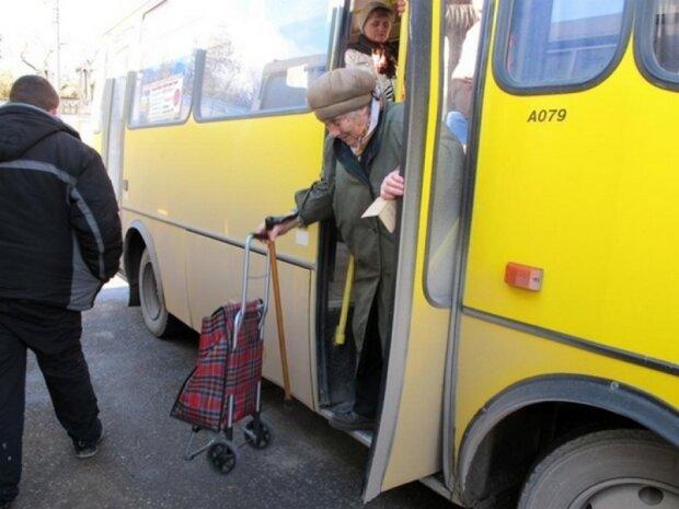 Стареньких - за борт? У Запоріжжі хочуть вигнати пенсіонерів із транспорту в годину пік