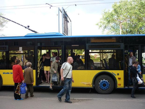 У Вінниці пенсіонерка випала з тролейбуса, ніхто не допоміг: медики рятують життя