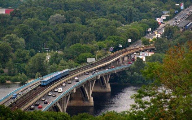 Киевских водителей предупредили о перекрытии моста Метро