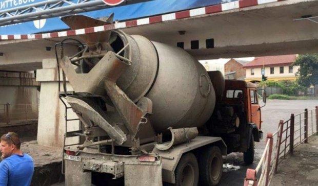 Бетономешалка застряла под ужгородским мостом (ФОТО)