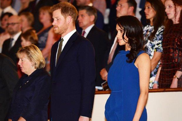 Неужели родила: под домом Маркл и принца Гарри заметили скорую