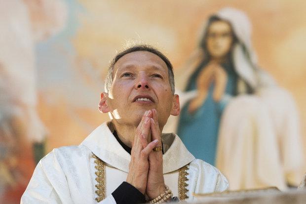 """""""Толстым нет места в раю"""": священника сбросили со сцены на глазах десятков тысяч, видео"""