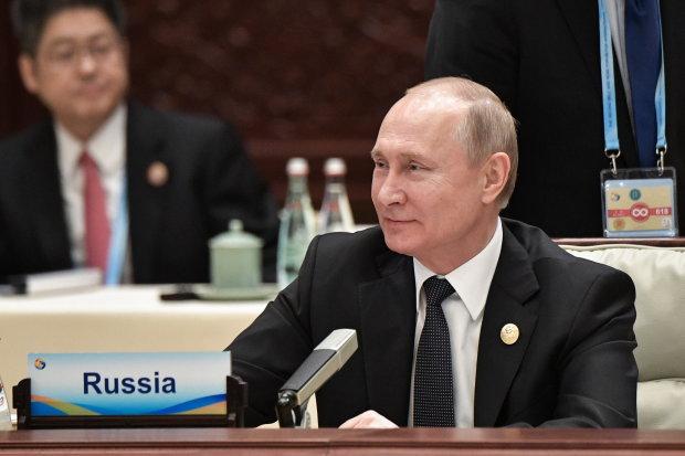 """Путина подловили на очередном фейле: """"двойники разбежались"""", одной ногой в Пекине, а другой в церкви"""