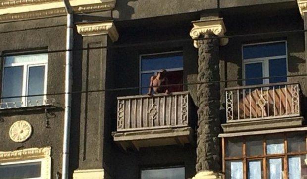 У Харкові голий афроамериканець співав і жбурляв речі з балкону (фото)