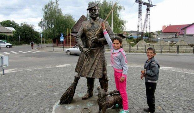 Вандалы облили краской памятник рому в Мукачево (фото)
