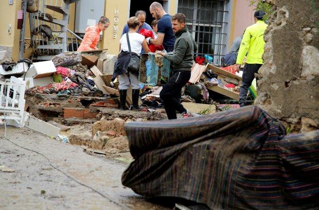 Повінь в Італії: стихія лютує, сотні машин знищено, рятувальники досі шукають жертв