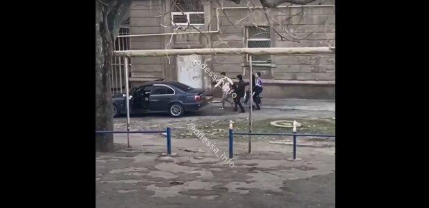 Масова бійка в Одесі з постраждалими, скріншот: Youtube